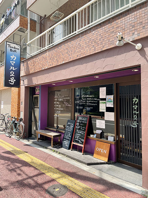 亀戸駅から南に向かって徒歩5分。京葉道路を渡ってすぐの場所にある