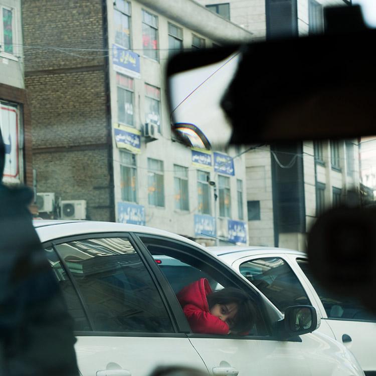 (116) 渋滞中出会った赤い服の少女 永瀬正敏が撮ったイラン