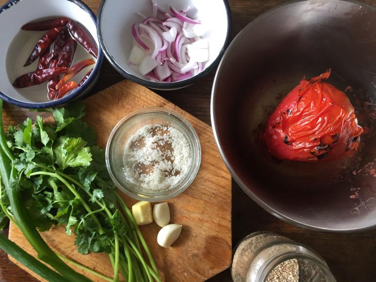 焼きトマトのソースをたっぷりつけて。ホウレン草と豆腐の蒸し餃子