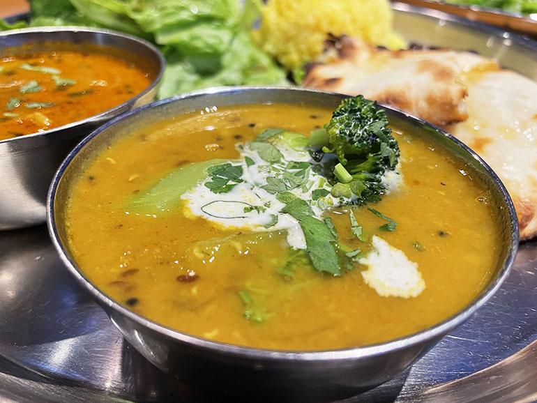マスールダルとムングダルの2種の豆を使ったクリーミーな「ダルカレー」