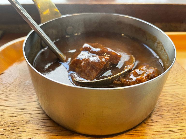 ほろほろとほぐれる牛肉が入った「ビーフカレー」