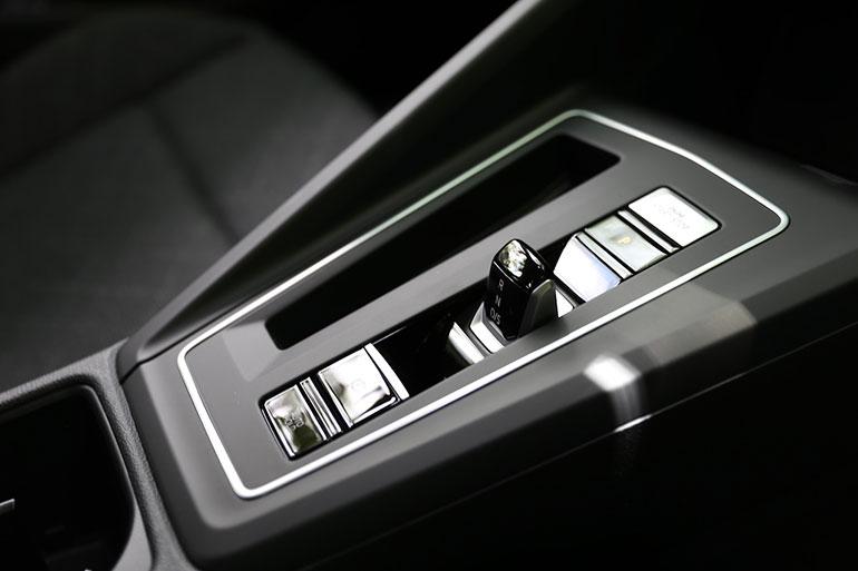 7段ツインクラッチ変速機のギアセレクターは電子制御となりコンパクトでかつ使いやすくなっている