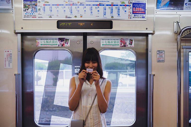 三島駅から修善寺駅までの電車旅は楽しい。車窓風景がつかの間の休息を与えてくれる。「記念に」と、モデルさんに切符を持ってもらいシャッターを押す。こういう何でもないスナップ写真が後から見るといい思い出になる