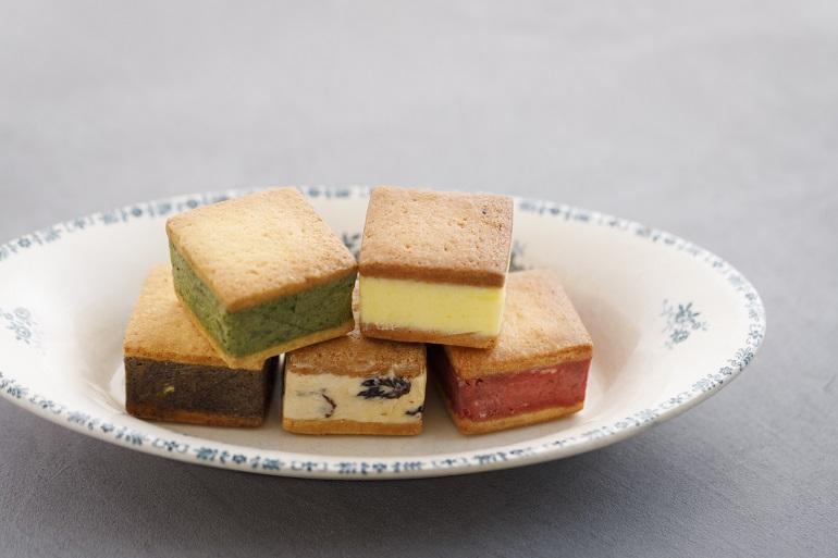 バターサンドは全10種。写真は上段左から時計回りに、抹茶+栗+ホワイトチョコ、国産レモン、苺、ラムレーズン、コーヒー+オレンジ