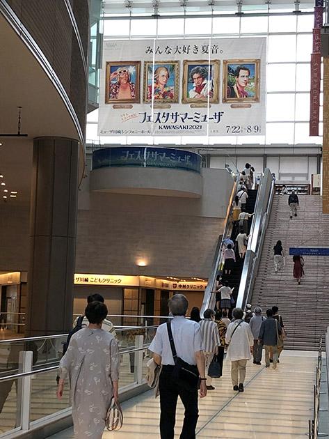 ホールへ向かう途中、大型ポスターが雰囲気を盛り上げる