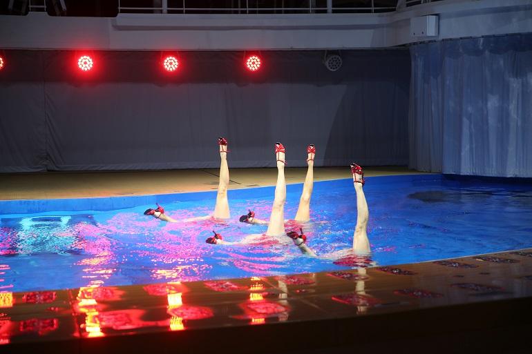 消えたり現れたりする不思議なプールから足が出るシンクロナイズド(アーティスティック)・スイミング=上田英夫撮影