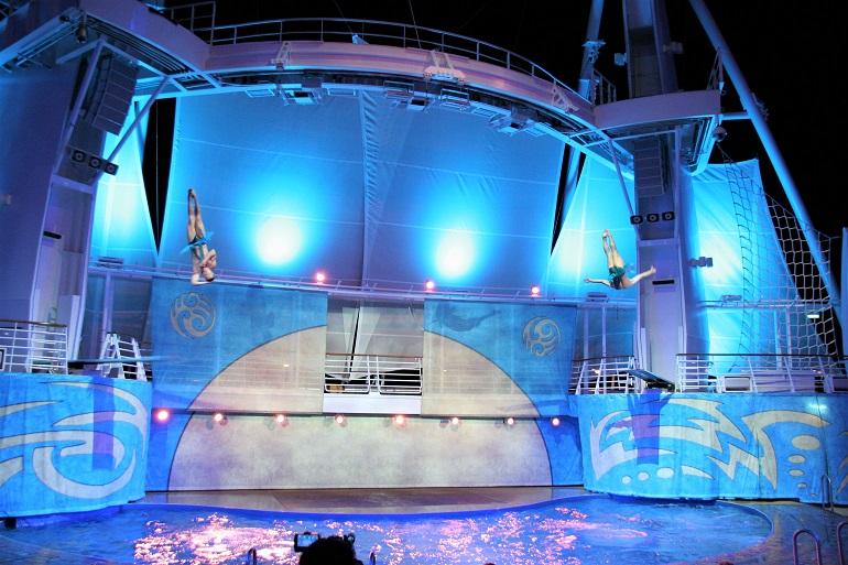 「アクアシアター」の飛び板飛び込み。妙技の連続(姉妹船オアシス・オブ・ザ・シーズで上田寿美子撮影
