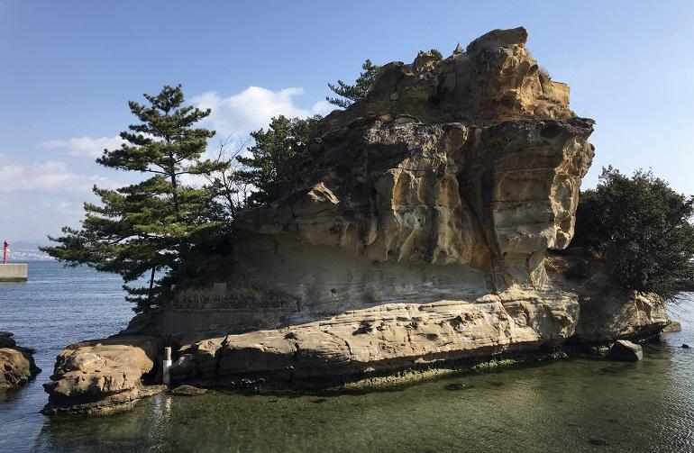 岩屋港内の海中から突き出る「絵島(えしま)」は、古事記・日本書紀の国生み神話でイザナギとイザナミが天から降りるときに足場とした「おのころ島」の候補地の一つ。神々はここに宮殿を造り、まず淡路島を、次いで日本列島の島々を順々に生み出していった