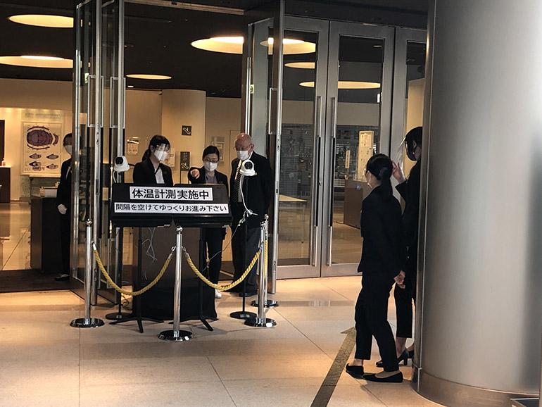 ホールの入り口には検温のための機器を設置。事前のチェックを欠かさない(2021年6月)