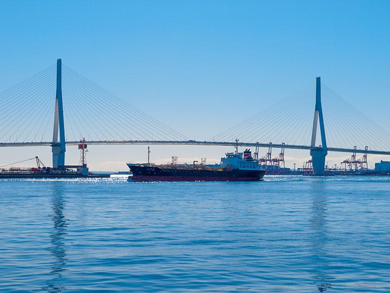 鶴見つばさ橋と、目の前を横切る船。運河ゆえ、波は穏やかだった
