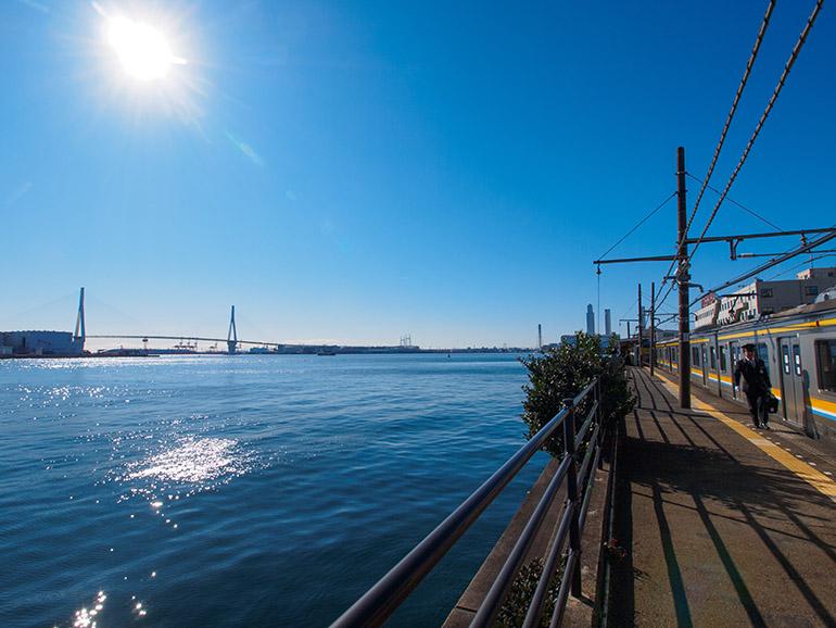 昼間の海芝浦駅。ホームの真横は京浜運河、写真左の橋は首都高速湾岸線の鶴見つばさ橋