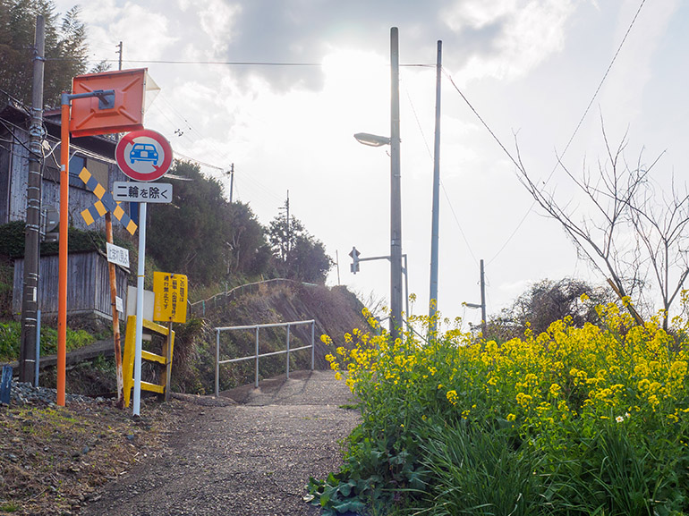 串駅の入口。正面の緩やかな坂を上った先にホームがある