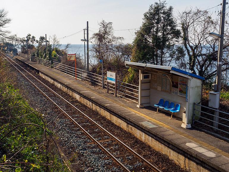 串駅のホーム。ミラーが立つあたりで草木が途切れ、眼下に瀬戸内海を見られる