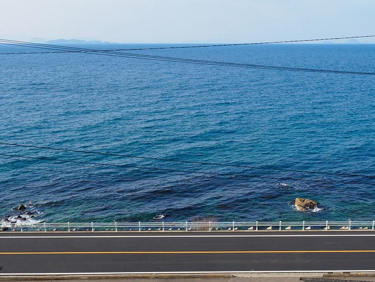 標高およそ20メートルのホームから見下ろす瀬戸内海