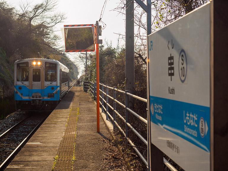 西日を背に、松山行きの列車が1両編成でやってきた