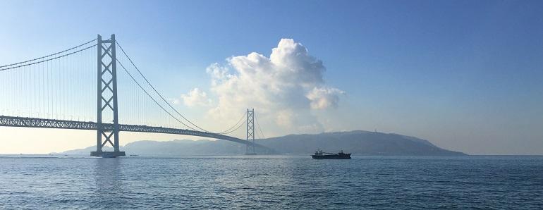 本土側の舞子(神戸市垂水区)から幅4kmの明石海峡を隔てて淡路島を望む
