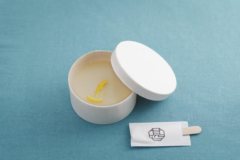 昨春の緊急事態宣言時、「京都らしい味を届けたい」と考案した「白味噌(みそ)水ようかん」(1個972円)。日持ちは発送日含め冷蔵4日