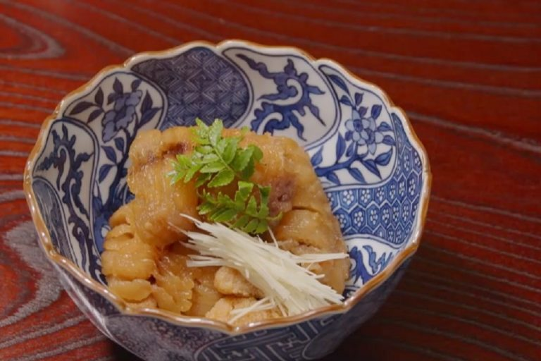 「竹茂楼」の「鯉の飴(あめ)炊き」。野趣あふれる料理に、京焼のうつわが優美さを添える