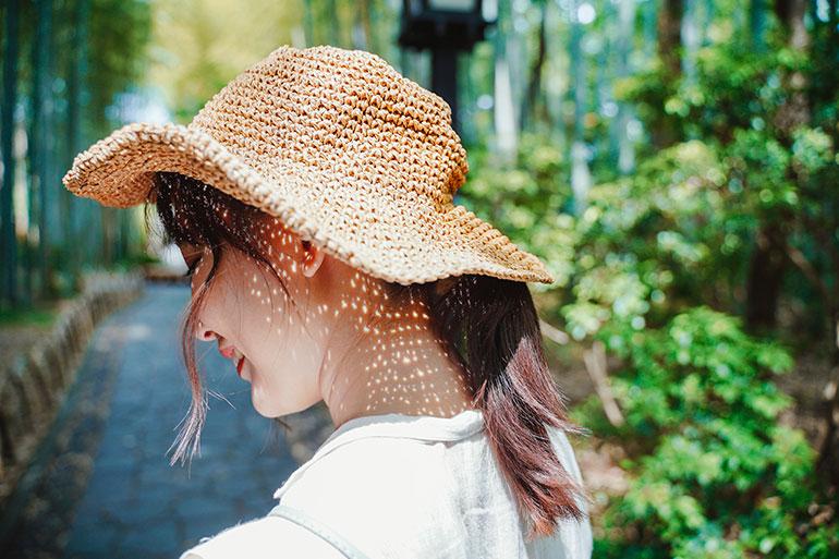 夏の日差しが彼女の帽子の隙間から木漏れ日を演出する。それを見逃さずシャッターを数回押した