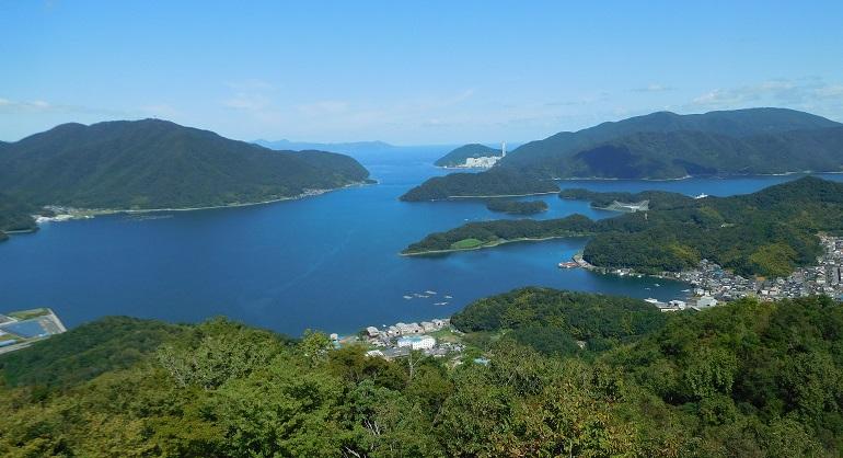 舞鶴を東西に分ける五老岳(ごろうがたけ)山頂から見た舞鶴湾口方面。湾は東西に大きく分かれ、写真の右側に東舞鶴、左側に西舞鶴が位置する