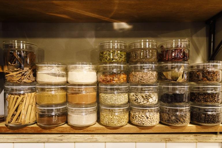 棚にはスパイスやハーブ、穀物類がずらり。チャイやデザートには挽(ひ)きたてを使う
