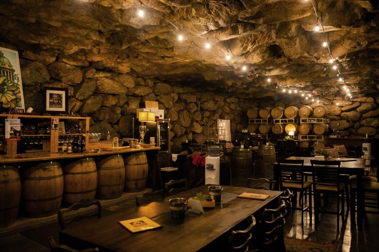 洞窟のセラー&テイスティングルーム