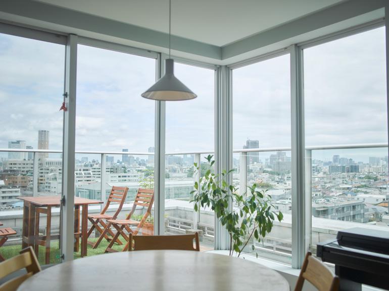 朝食は必ず家族全員で。ダイニングからは東京の街が一望できる