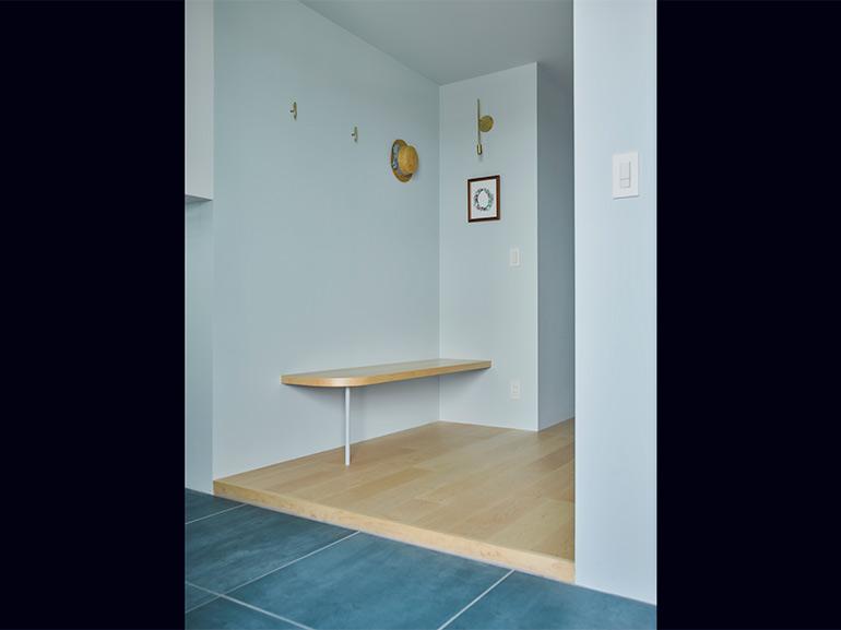 エントランスにはベンチを設け、ゆったりと身支度できる空間に