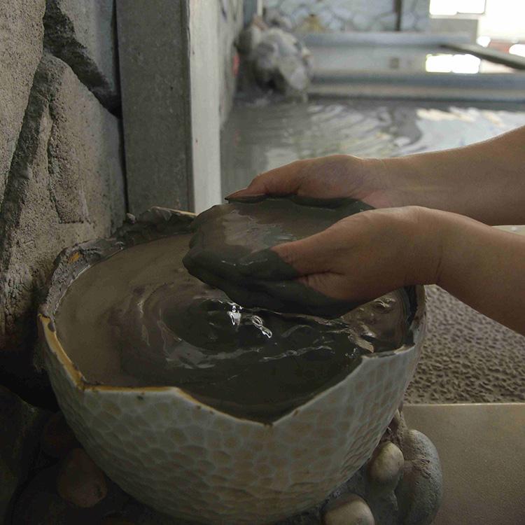 温泉泥を顔や体に塗って蒸気サウナへ