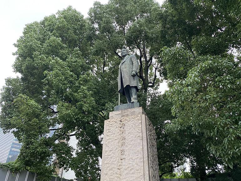 日本銀行前に立つ、渋沢栄一の銅像