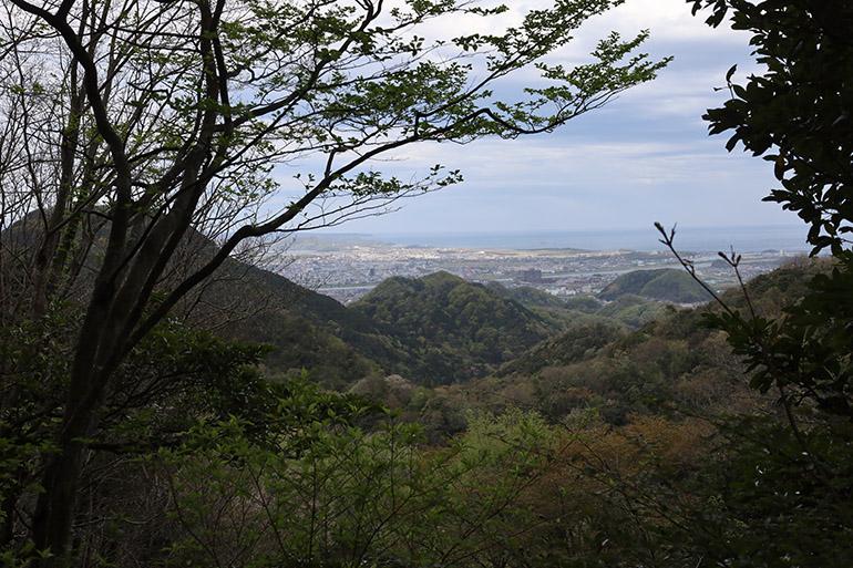 左から鳥取城、雁金山砦(かりがねやまとりで)、丸山城