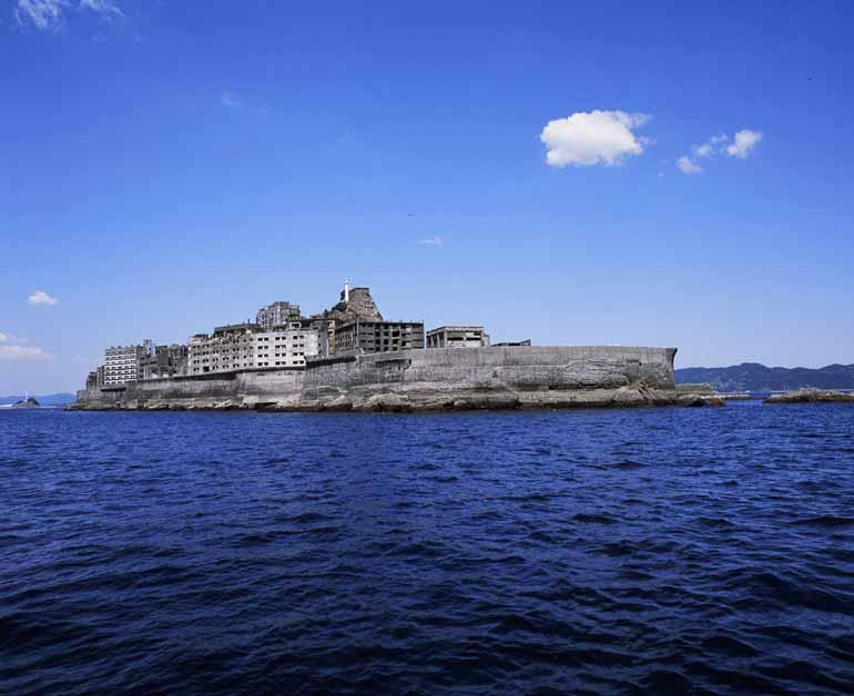 長崎港の沖合に浮かぶ端島(画像提供:長崎県観光連盟)