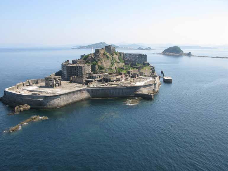 艦船のように見える軍艦島(画像提供:長崎県観光連盟)