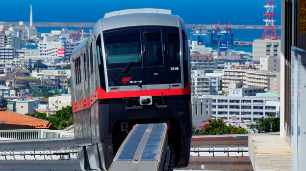 標高90メートルから一望する海と街並み 沖縄県・儀保駅