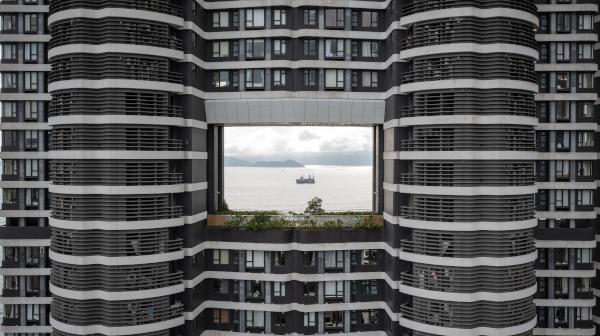高層ビルに穴があいてる! 香港