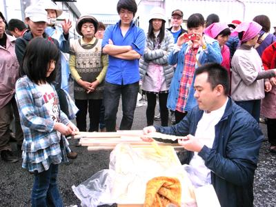2013年5月、陸前高田市内の仮設住宅で被災者といっしょに巻きパンを作るZOPF伊原靖友シェフ