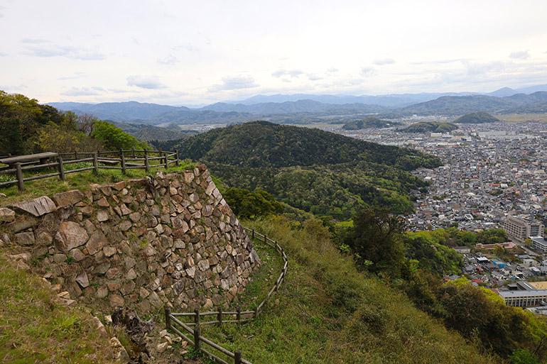 山上に累々(るいるい)と残る石垣