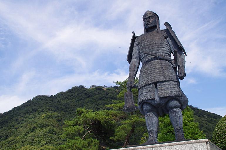 山麓に立つ吉川経家の像