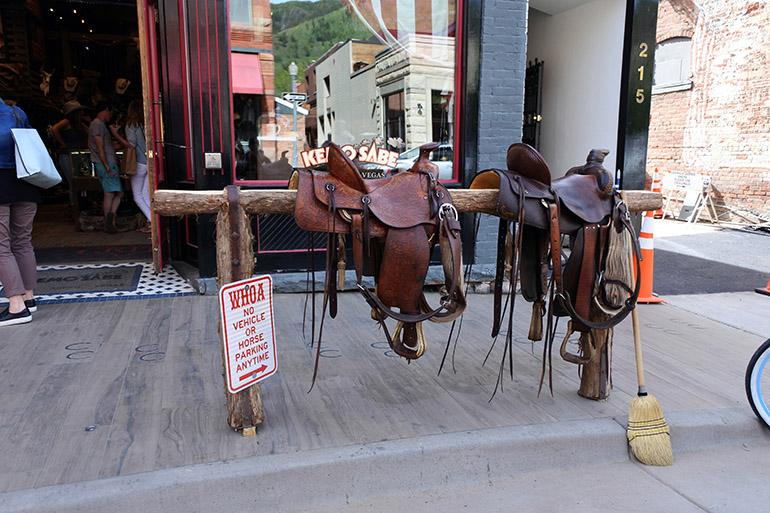 馬留めが店の前に。夏は乗馬用の馬も街を闊歩(かっぽ)