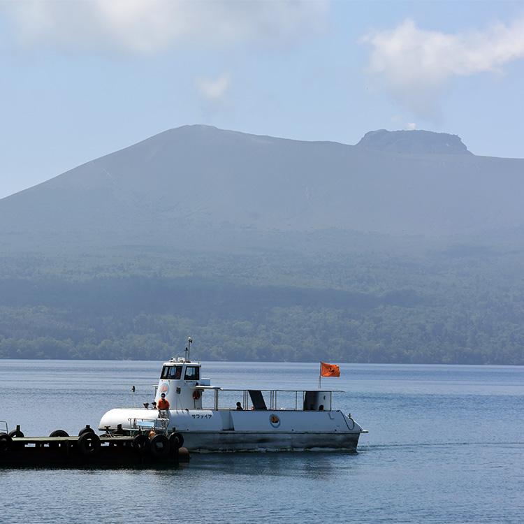 個性的な外輪山に囲まれた日本屈指のカルデラ湖、支笏湖。樽前山を望む