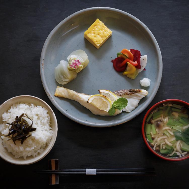 「ロリマー京都」の「一汁三菜」(1600円・税込み)。献立は日替わりで、レモンと ミントで漬け込んだ鯛がメイン