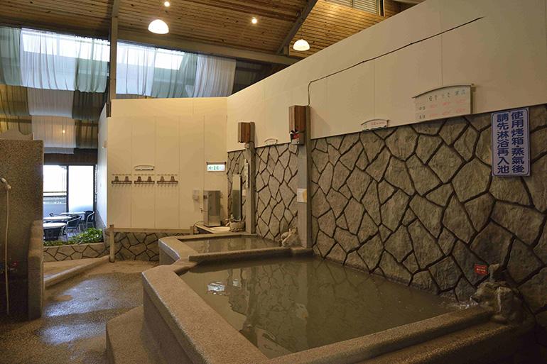 日本式の裸湯で、とろとろ泥湯を満喫