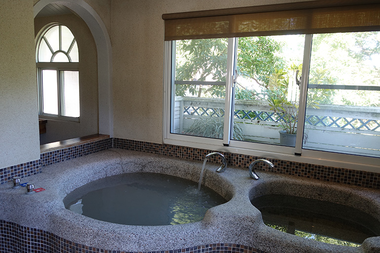 各部屋でも泥湯の温泉が楽しめる