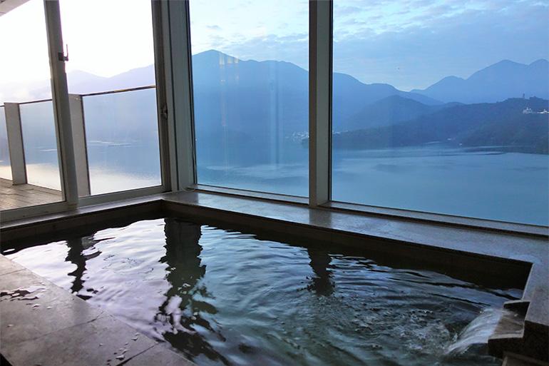 部屋専用の温泉から日月潭の絶景を満喫