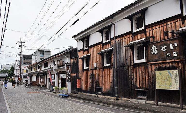 大正期の酒蔵を改造した、京都・伏見神聖酒造 鳥せい本店。山本本家の酒がほぼ全種類買える神聖直営売店も隣接する。11:00〜19:00(時短でない時は11:00〜23:00)