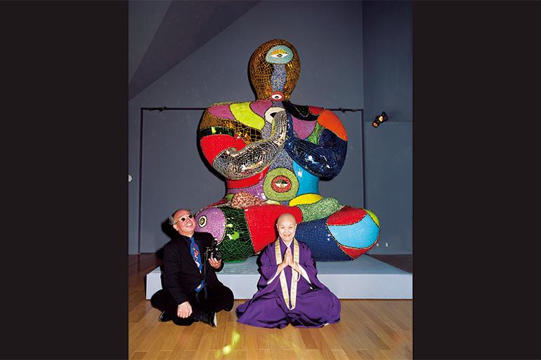 現代を代表する彫刻家ニキ・ド・サンファル。かつて、那須にあったニキ美術館を瀬戸内寂聴と訪れたときの1コマ