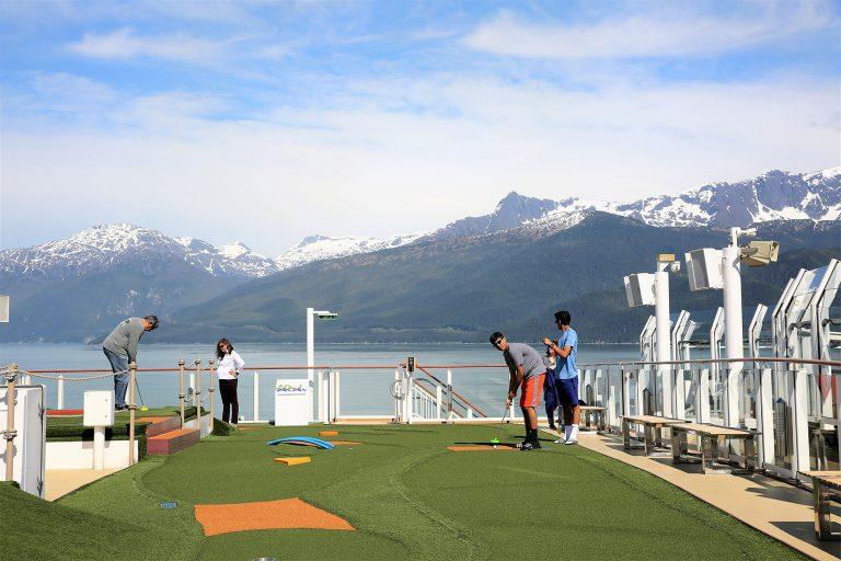 客船ノルウェージャン ジョイのパターゴルフコース。アラスカの山並みを背景に気分爽快=上田英夫撮影