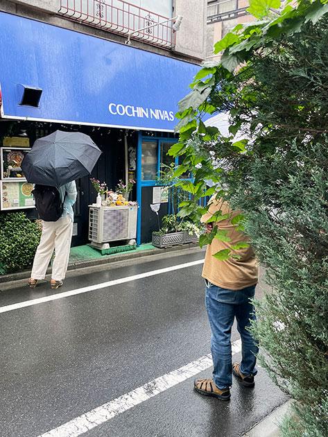 雨の日も店の前には順番待ちの客がいる
