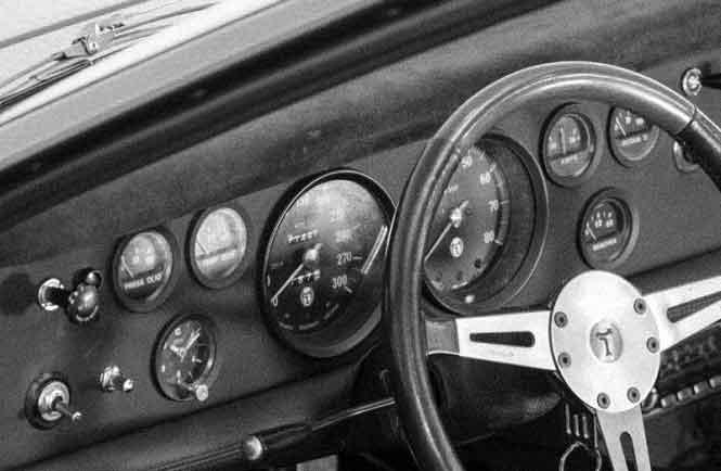 レーシングカーのようなダッシュボード