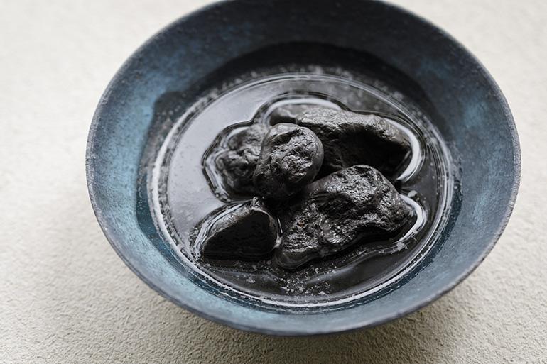 「トキノスミ」(1500円・税込み)は釉薬原料の灰に着目したドリンク。竹炭やザクロ、ジンジャーなどを炭酸で割った爽やかな風味。氷のような塊は凍らせた陶片